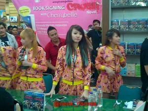 ryn chibi signing crush smg 230214 (21)